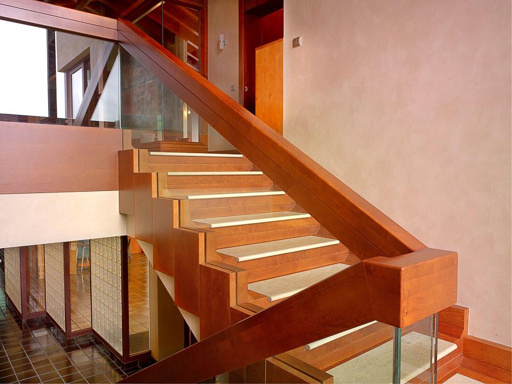 Galer a de fotos chalet de madera for Escaleras de madera con descanso