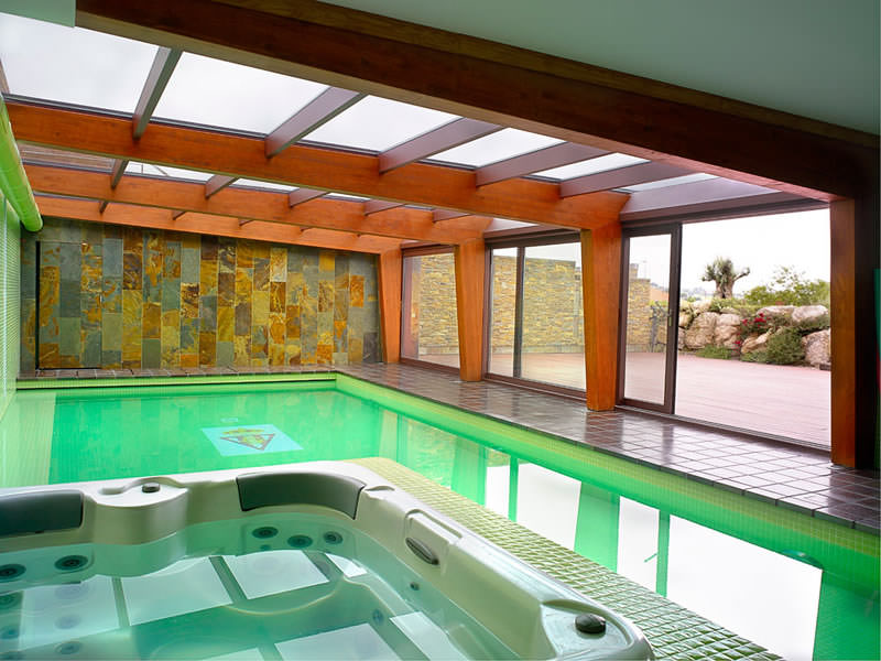 Galer a de fotos chalet de madera for Fotos de piscinas cubiertas